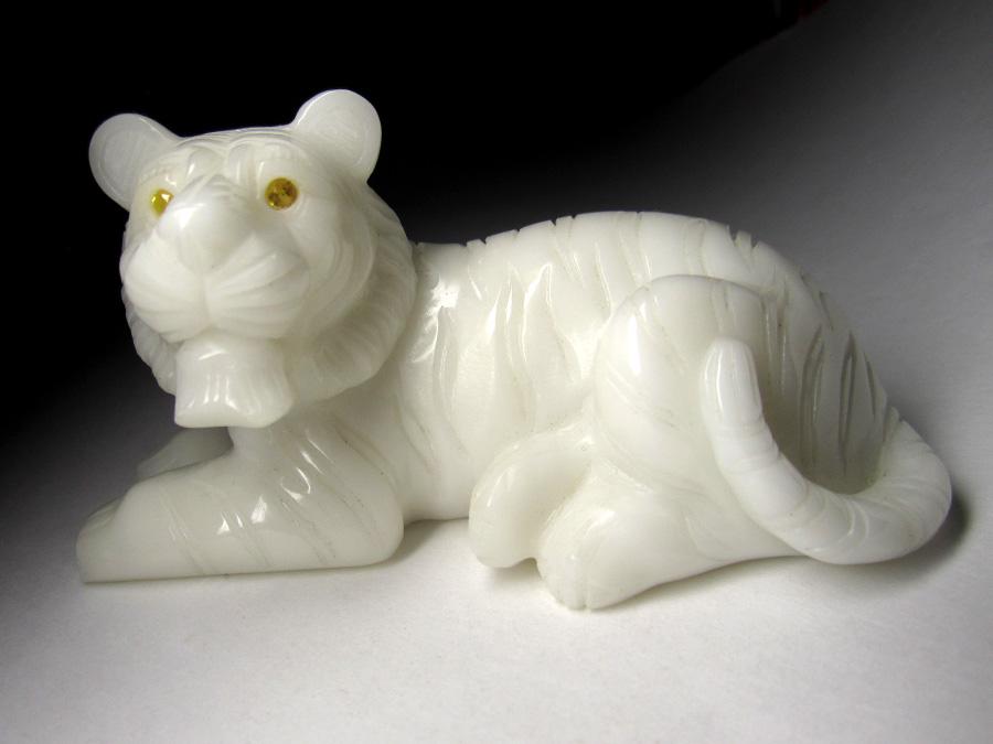 Тигр из белого жадеита