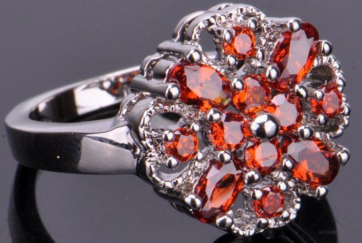 Кольцо с красными цирконами