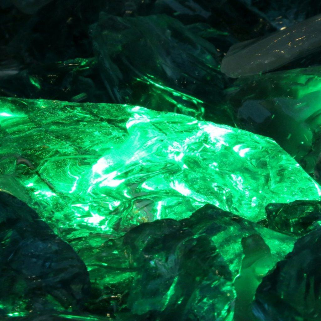 Камень изумруд цветовое великолепие с исцеляющим эффектом