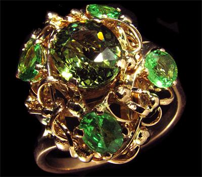 Кольцо с камнем Демантоид