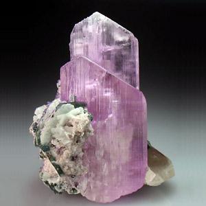 Кунцит кристалл