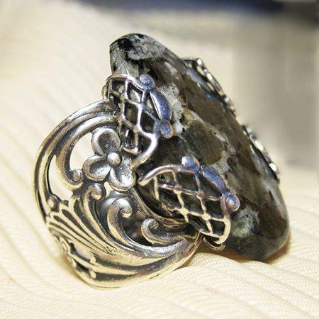 Кольцо с камнем Нефелин